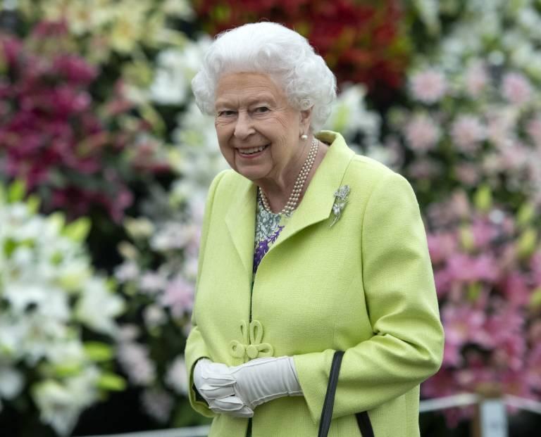 Queen Elizabeth trägt meistens farbenfrohe Outfits, damit sie auch die Menschen in den hinteren Reihen sehen können.  © imago images / i Images