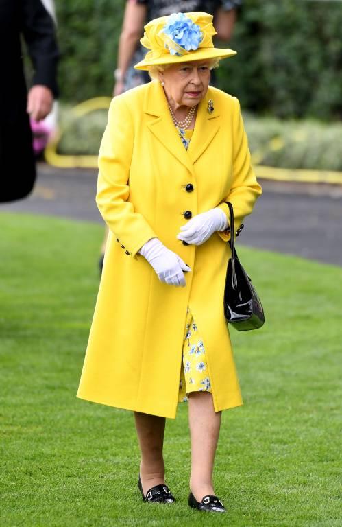 """Beige mag die Queen offenbar nicht besonders. Den Farbton trug sie nur bei 1 Prozent ihrer Auftritte, wie """"Vogue"""" analysierte. Ihr Favorit ist der blaue Farbton Kobalt.  ©imago images / PA Images"""