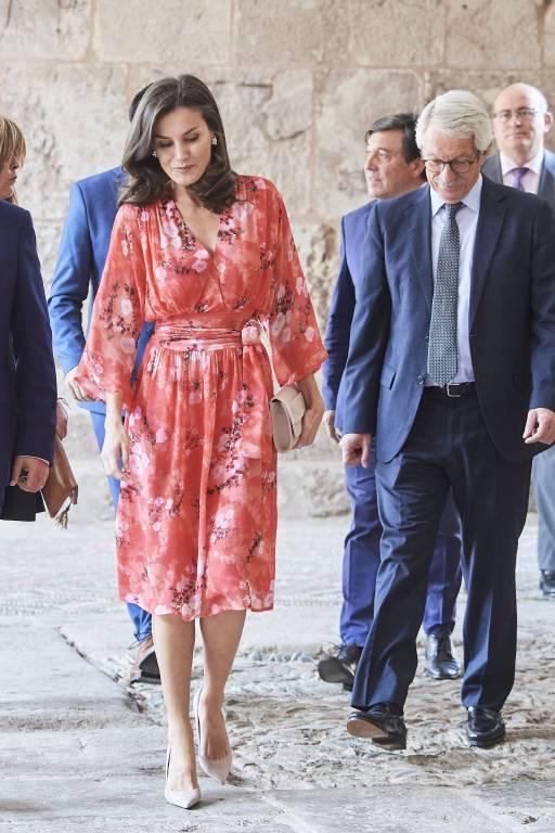 Königin Letizia stolziert selbst über den unebenen Untergrund sicher wie ein Model.  ©imago images / ZUMA Press