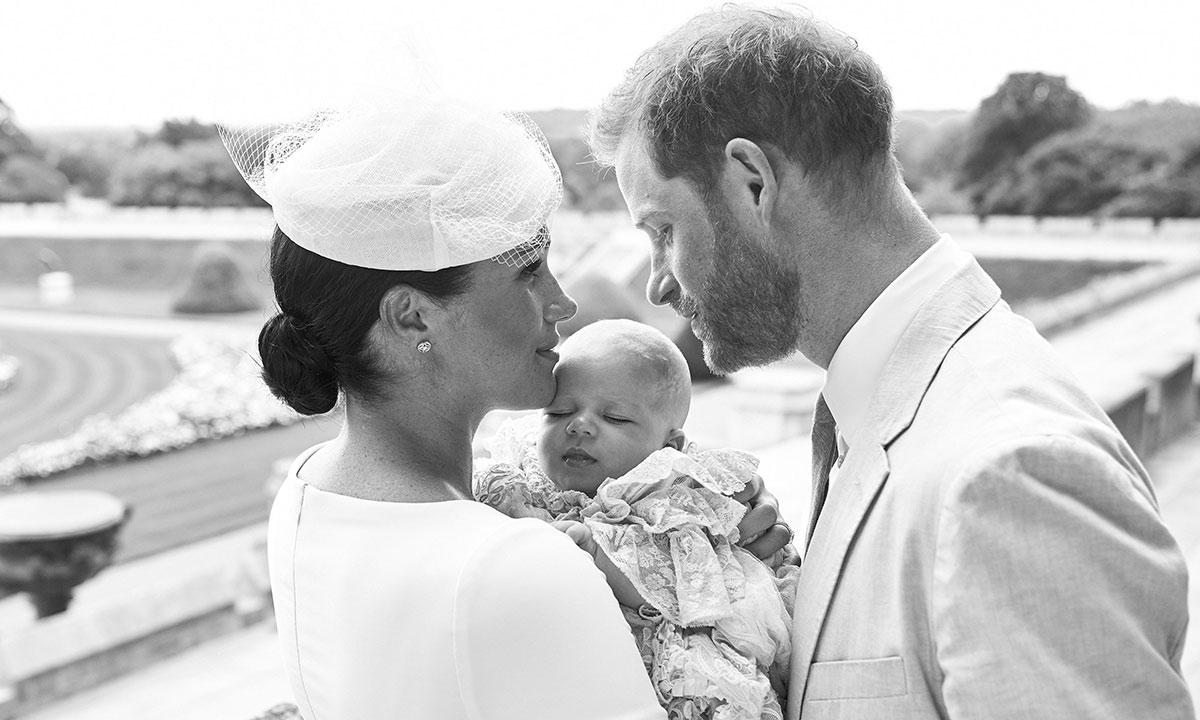 Das Foto von Herzogin Meghan und Prinz Harry mit Söhnchen Archie wurde im Rosengarten von Schloss Windsor aufgenommen.  ©? SussexRoyal, Chris Allerton