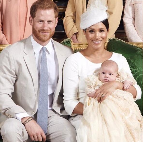Der Sohn von Herzogin Meghan und Prinz Harry trägt das Taufkleid, das auch schon George, Charlotte und Louis vor ihm getragen haben.  ©? Sussex Royal, Chris Allerton