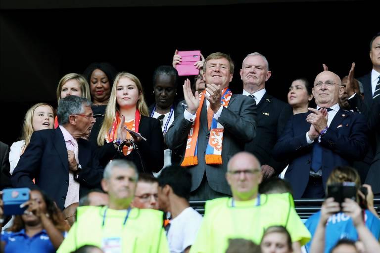 Prinzessin Ariane, Prinzessin Amalia und König Willem-Alexander feuern die niederländischen Fußballerinnen von der Tribüne aus an.  ©imago images / Pro Shots