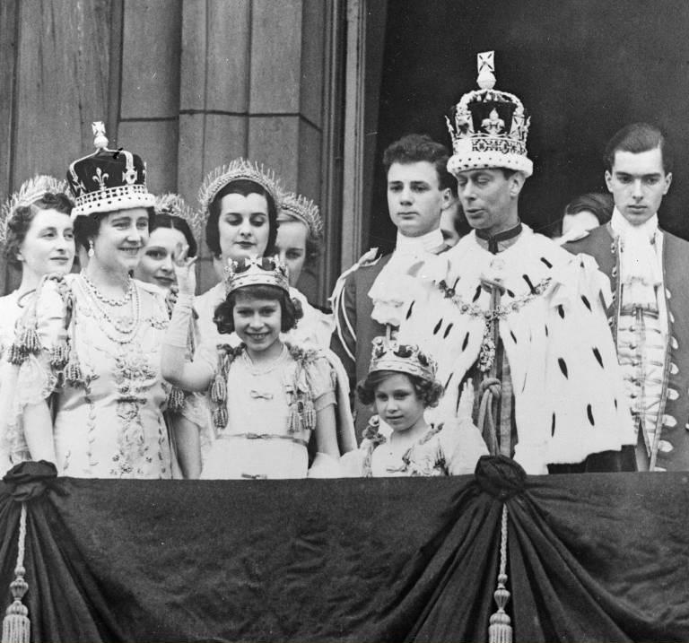 Herzogin Kate könnte eines Tages die Krone von Queen Mum (li.) tragen. ©imago images / United Archives