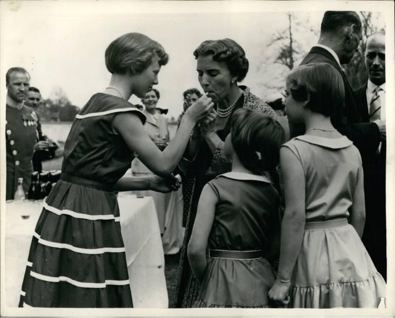 1954: Margarete steckt ihrer Mutter Königin Ingrid eine Zigarette an. Später wurde sie selbst zur Kettenraucherin. ©imago images / ZUMA/Keystone