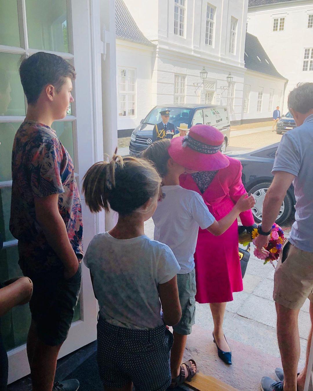 Liebevoll wird Königin Margrethe bei ihrer Ankunft von ihren Enkelkindern begrüßt.  © Kongehuset