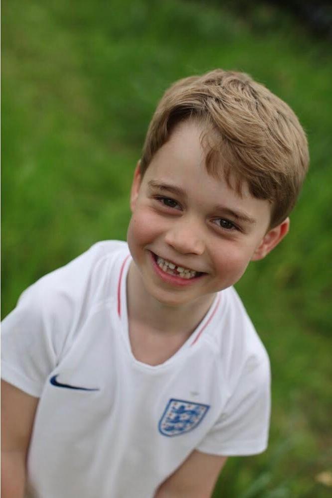 Prinz George ist ein großer Fußballfan und posiert stolz mit dem Trikot der englischen Nationalmannschaft.  © Herzogin Kate, Kensington Palace