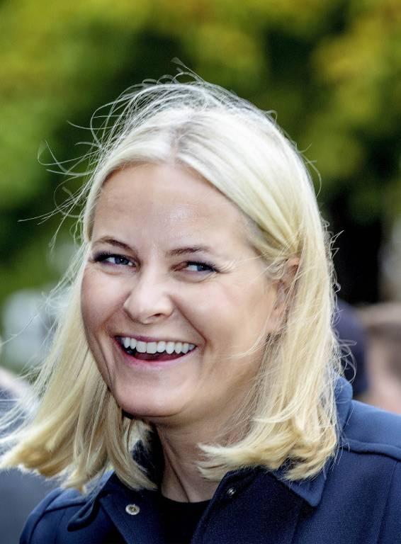 Kronprinzessin Mette-Marit amüsiert ihre Fans mit einer humorvollen Bemerkung.  © imago images / PPE