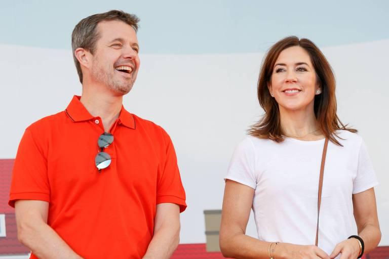 Herrlich normal: Kronprinz Frederik und Kronprinzessin Mary zeigen sich im Urlaub von ihrer legeren Seite.  © imago images / AFLO
