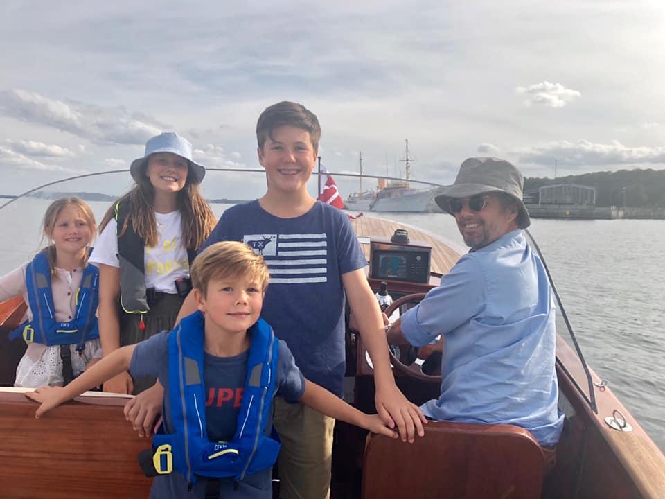 Familienurlaub auf hoher See. Kronprinz Frederik schippert seine Frau und seine Kids an der Küste entlang.  ©H.K.H. Kronprinsessen