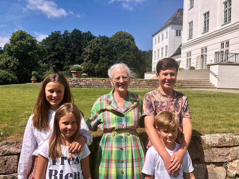 Prinz Christian ist mit seinen 13 Jahren schon größer als Königin Margrethe.  © Kongehuset