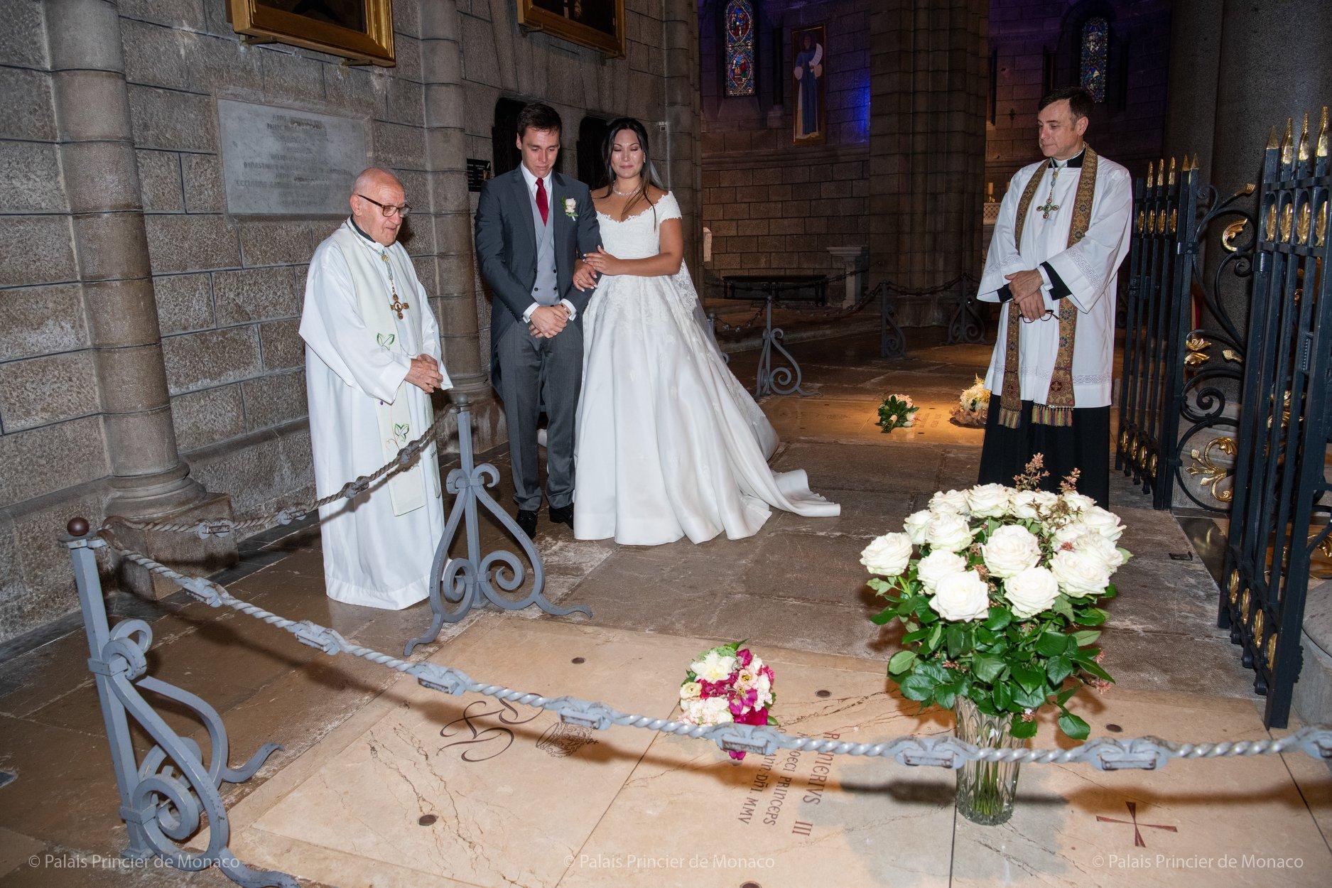 Rührender Moment: Das Brautpaar gedenkt in der Kathedrale Fürst Rainier.  © Palais Princier de Monaco