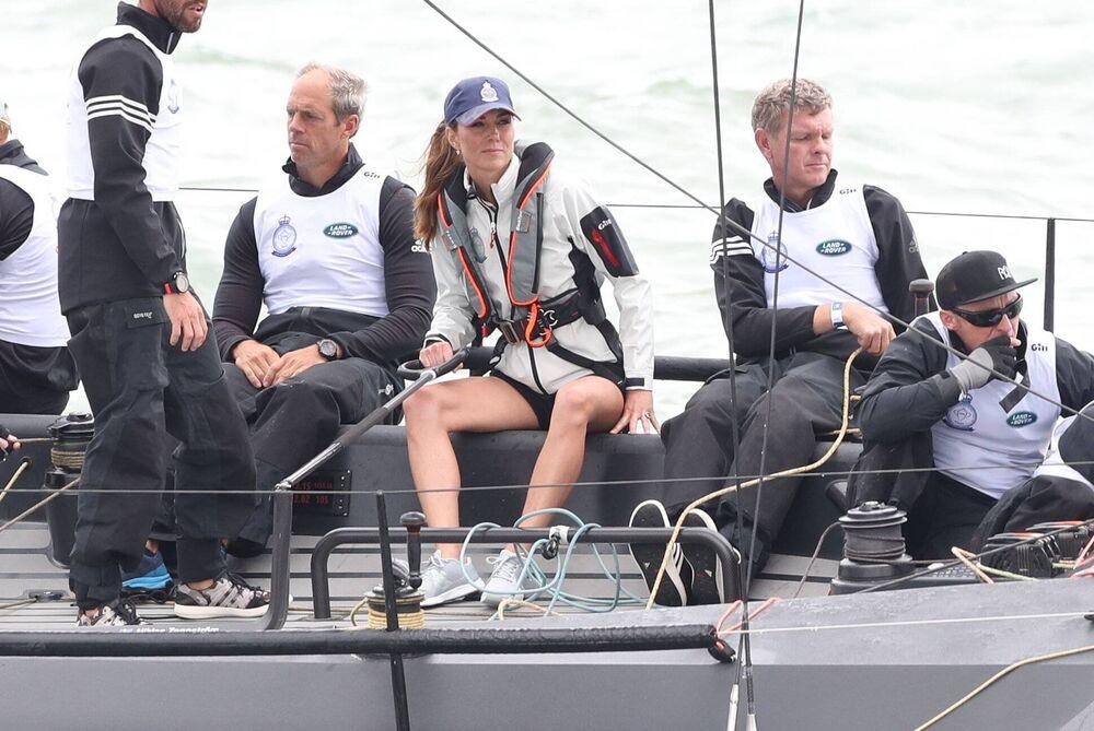 Herzogin Kate trägt dunkelblaue Shorts und zeigt ihre trainierten Beine. War das nicht etwas kalt? Die Männer sind deutlich wärmer angezogen.  ©imago images / i Images