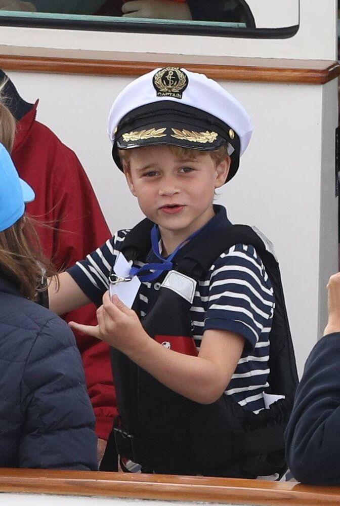 Kapitän George unterhält die Passagiere an Bord.  ©imago images / i Images