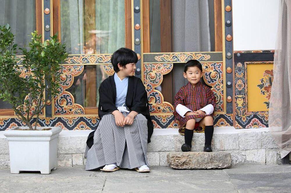 Was für ein niedlicher Schnappschuss: Prinz Hisahito und sein kleiner Freund Prinz Jigme vor dem Lingkana Palace.  © imago images / PPE