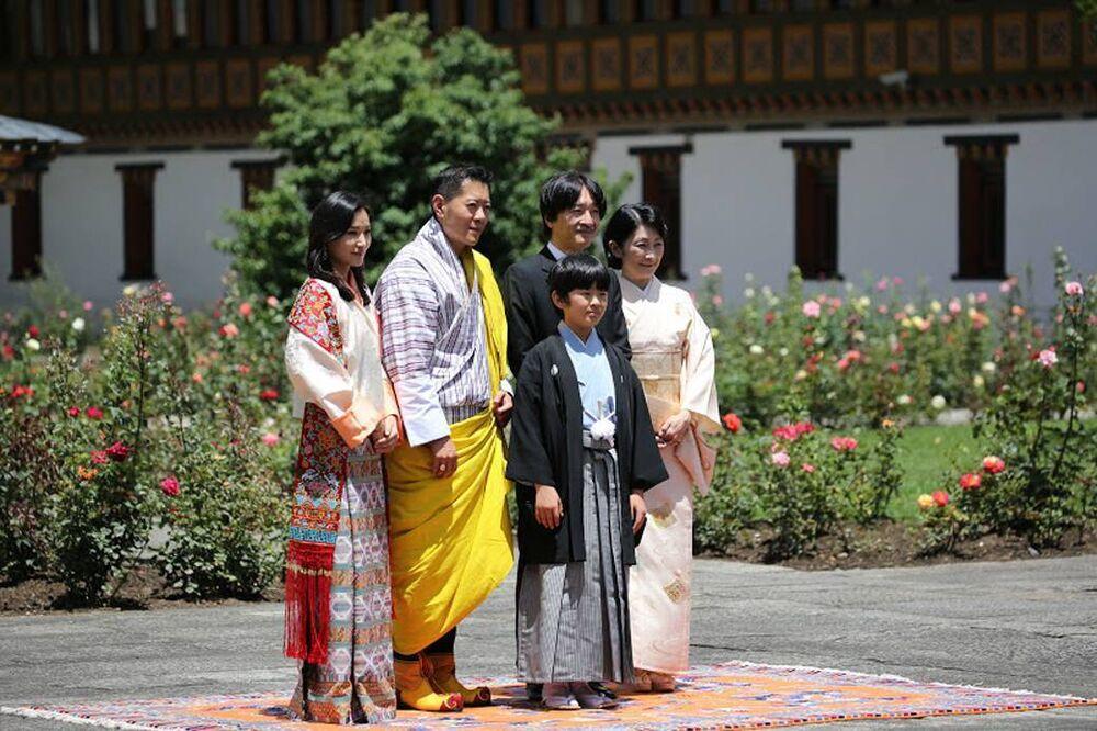 Nach einem kurzen Stopp in Thailand sind Kronprinz Fumihito und seine Familie nun zu Besuch bei dem Königspaar von Bhutan.  © imago images / PPE