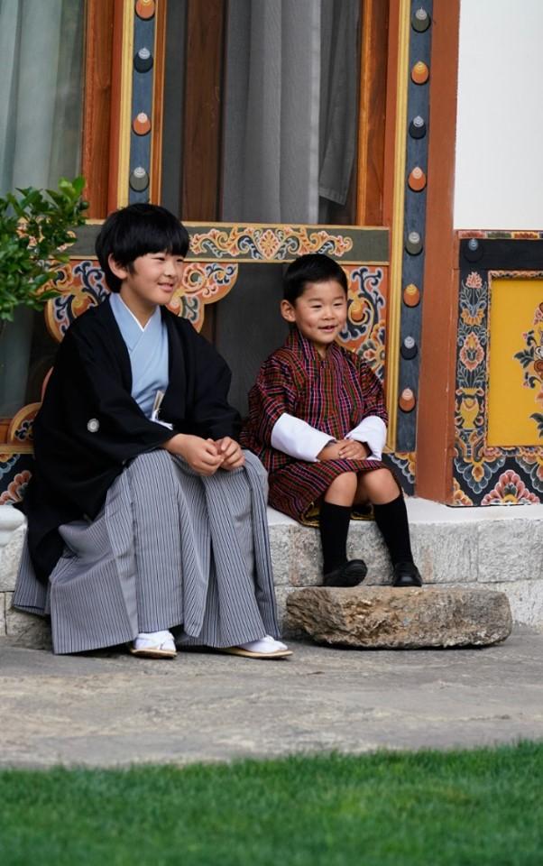 Sollte sich die Thronfolge nicht ändern, könnten diese beiden Jungs irgendwann Kaiser und König ihres Landes werden.  ©Royal Office of Bhtuan