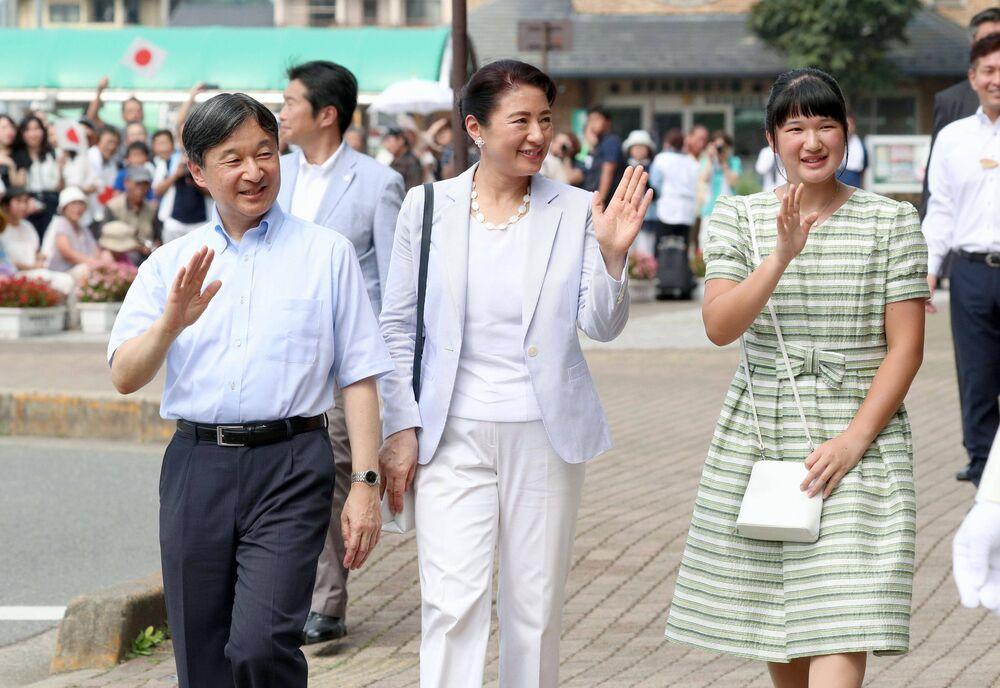 Kaiser Naruhito, Kaiserin Masako und Prinzessin Aiko werden begeistern am Bahnhof von Tochigi Prefecture begrüßt.  ©imago images / Kyodo News
