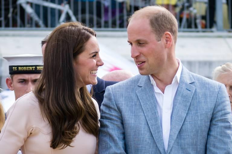 Herzogin Kate und Prinz William zeigen, dass man auch als Royal ganz bodenständig reisen kann.  © imago images / PRiME Media Images