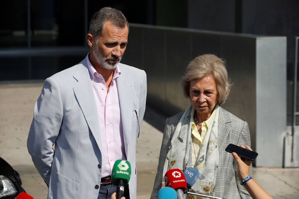 König Felipe und seine Mutter Sofia sind erleichtert: Familienoberhaupt Juan Carlos geht es besser.  ©imago images / Agencia EFE