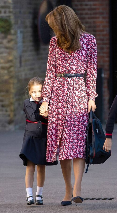 Schüchtern versteckte sich Prinzessin Charlotte bei ihrer Einschulung hinter Herzogin Kate. © imago images / Starface