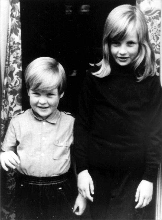 Prinzessin Diana und ihr jüngerer Bruder Charles. Seit dem Tod des Vaters im Jahr 1992 erbte er den Titel Earl Spencer.  © imago images / Belga