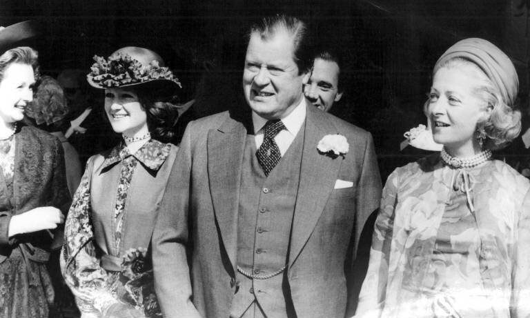 Dianas Mutter Frances (r.) war gerade einmal 18 Jahre alt, als sie den zwölf Jahre älteren Earl Edward John Spencer heiratete.  ©imago images / United Archives International