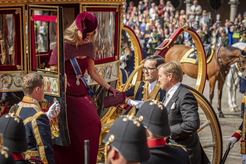 Auftritt einer Königin: Maxima steigt aus der gläsernen Kutsche und ganz Holland hält den Atmen an.  © imago images / Pro Shots