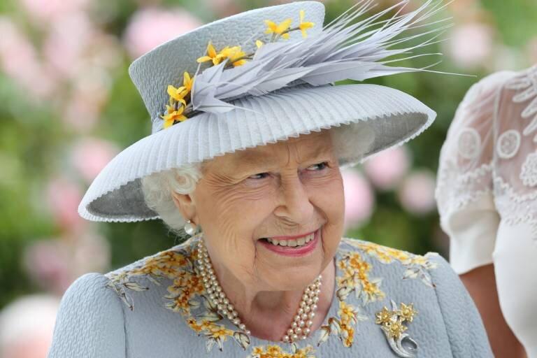 Queen Elizabeth setzt auf Made in Germany. Die Blüten auf ihren Hüten stammen oft aus Sachsen.  © imago images / Frank Sorge
