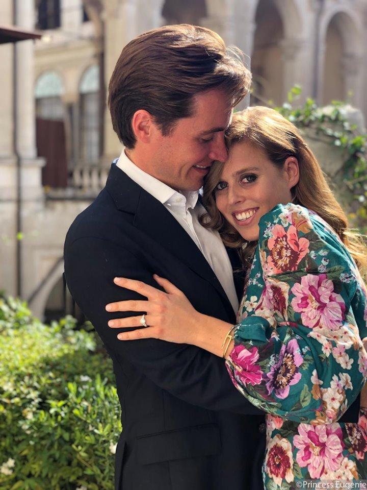 Der wunderschöne Verlobungsring von Prinzessin Beatrice strahlt mit ihr um die Wette.  © Prinzessin Eugenie