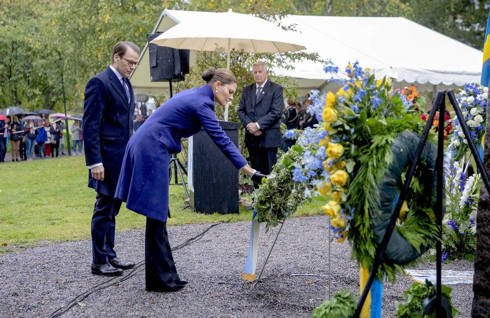 Kronprinzessin Victoria und Prinz Daniel zollen den Opfern der Katastrophe Respekt.  ©imago images / PPE