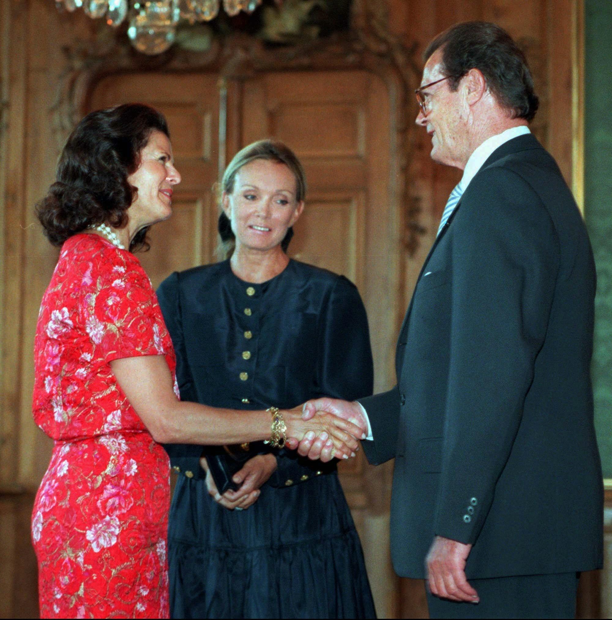 Totaler Schwachsinn: Die deutsche Boulevardpresse unterstellte Königin Silvia und Schauspieler Roger Moore eine Affäre, aus der Prinzessin Madeleine entstanden sein soll.  ©picture alliance / AP Images