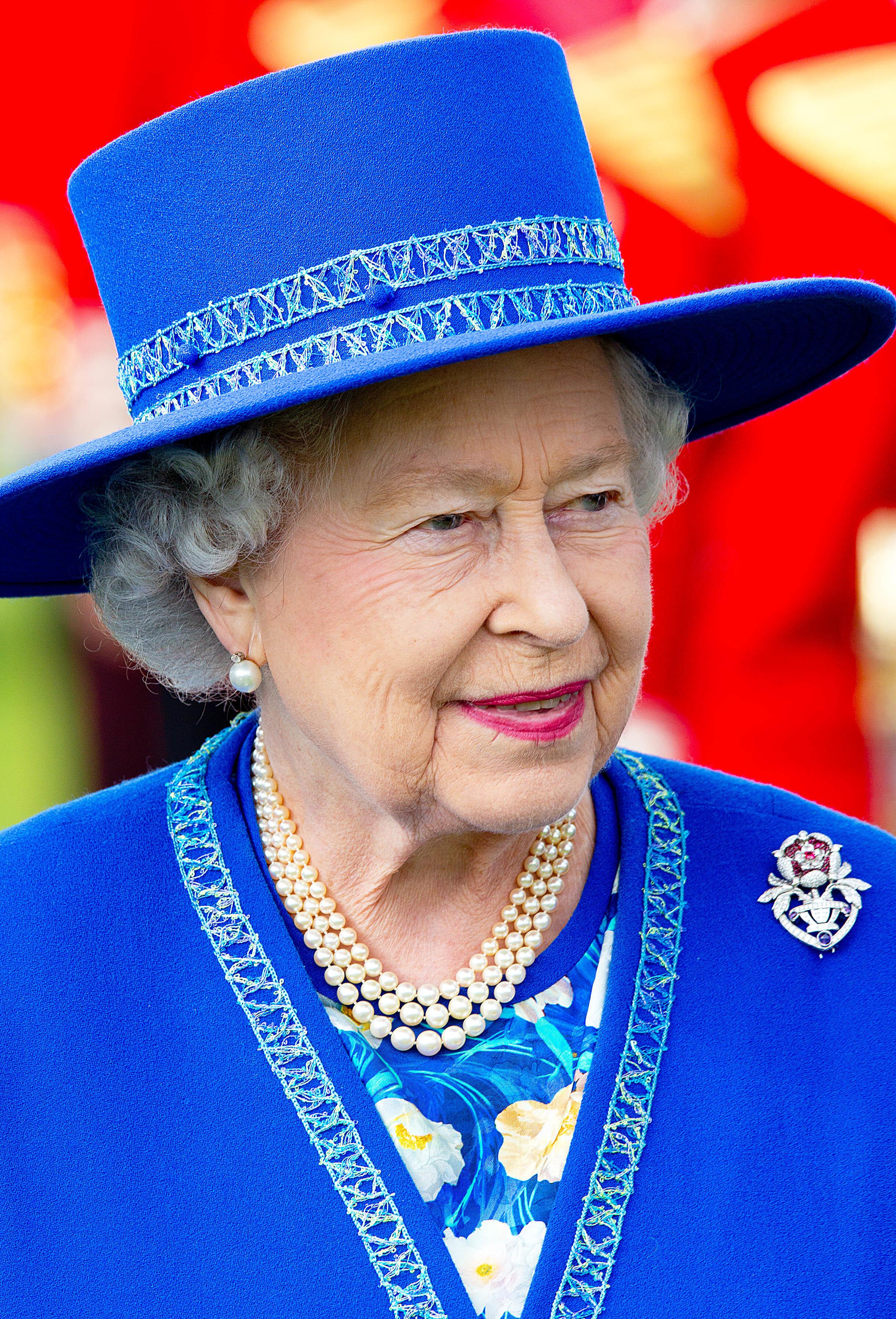 Queen Elizabeth war bis zu seinem Tod eng mit Ian Thomas befreundet. Der Nachlass des Schneiders wird nun versteigert.  © dpa