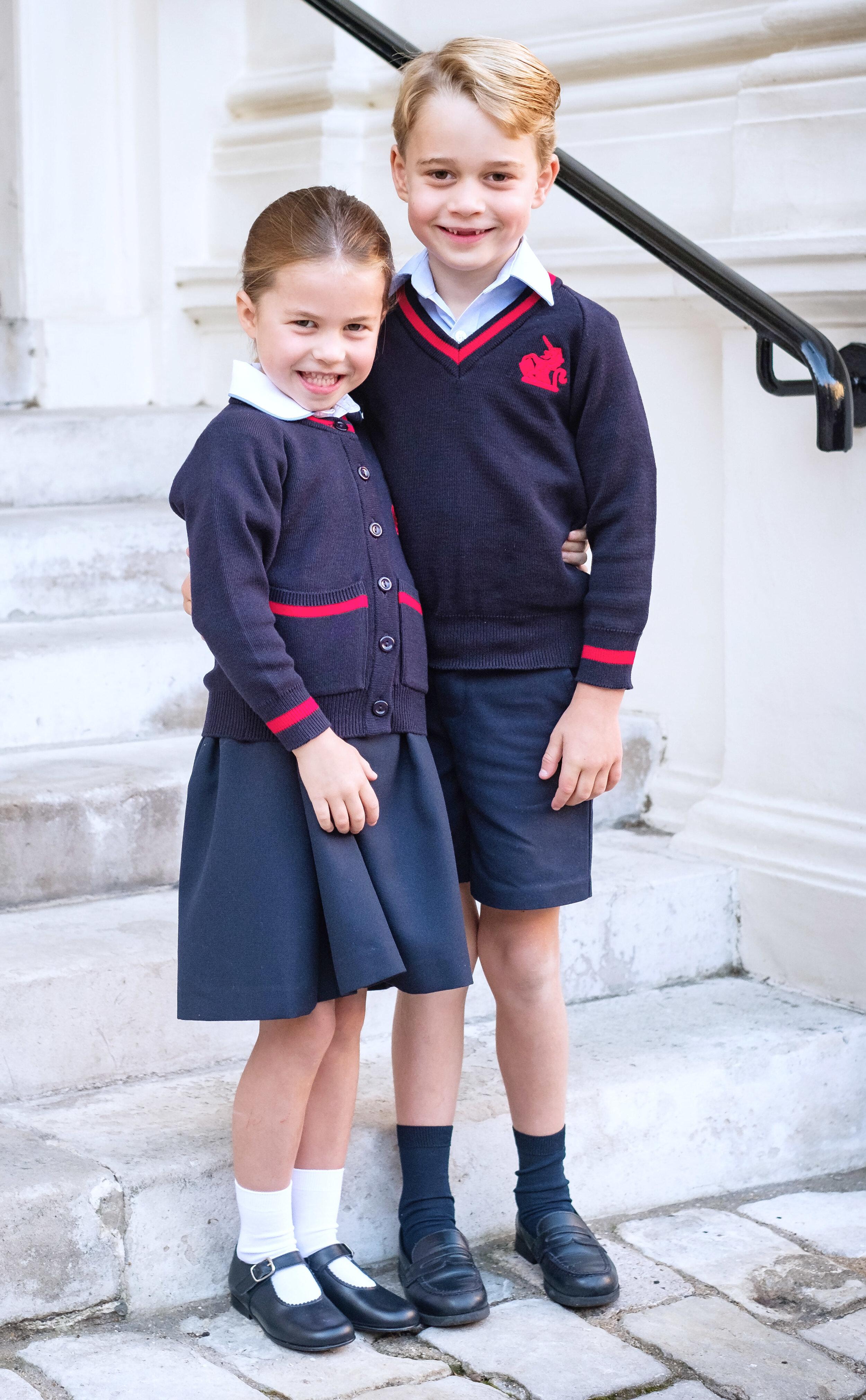 Prinzessin Charlotte und Prinz George haben die Fußballleidenschaft von Papa Prinz William geerbt.  ©picture alliance/AdMedia
