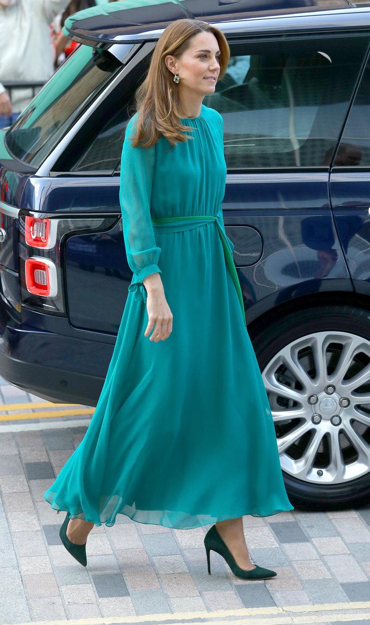 2. Oktober 2019   Herzogin Kate und Prinz William besuchten das Aga Khan Centre in London, um sich mit Aga Khan zu treffen. Bei dem Termin trug Herzogin Kate ein petrolfarbenes Kleid aus der gemeinsamen Kollektion von  ARoss Girl  und passende Ohrringe von  Zeen.   © picture alliance / empics