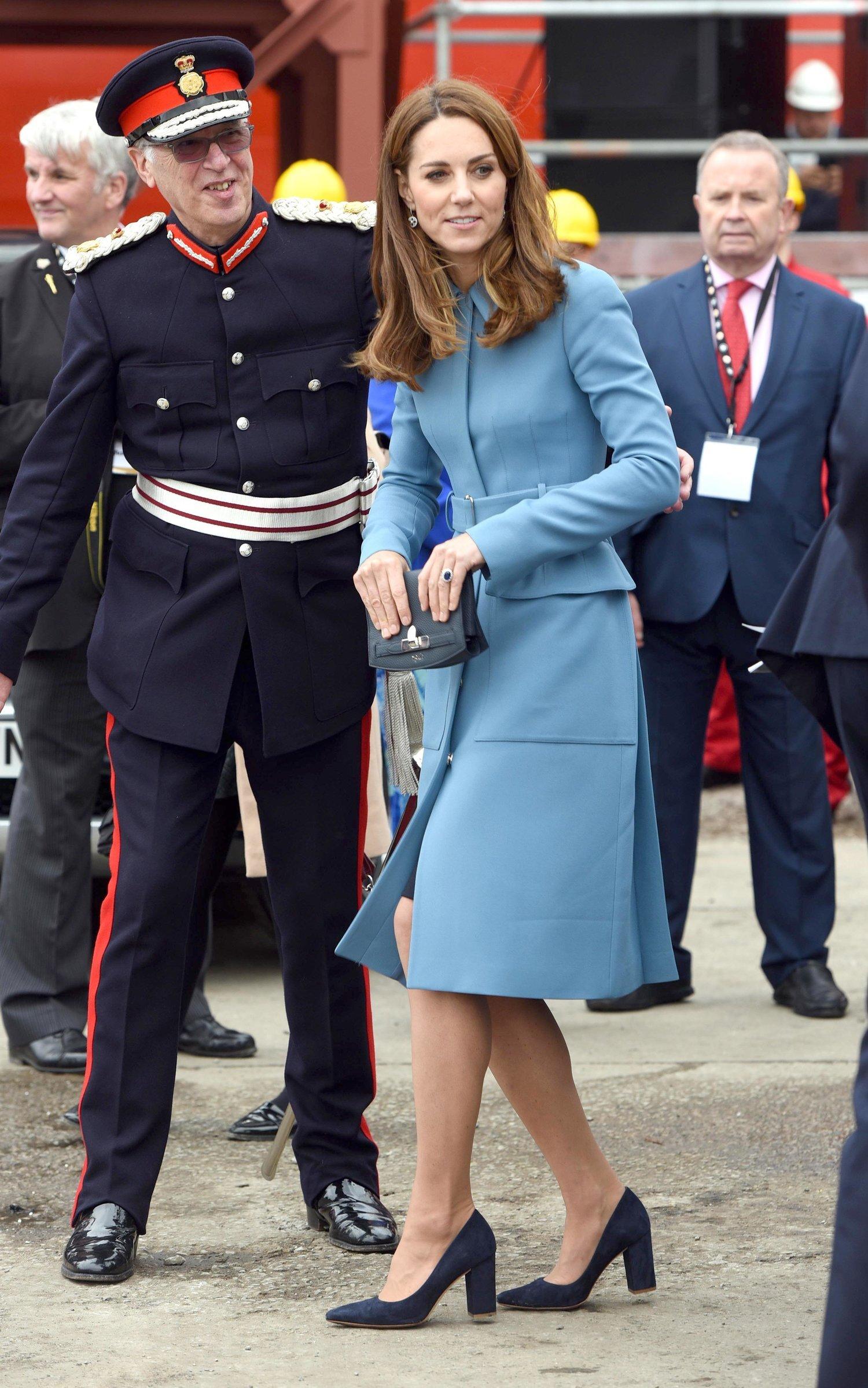 26. September 2019   Dieses Outfit gehört zu Kates Favoriten. Seit über fünf Jahren trägt die Herzogin bereits diesen blaue Mantel von  Alexander McQueen,  der damals rund 2500 Euro gekostet hat.  © picture alliance/AdMedia