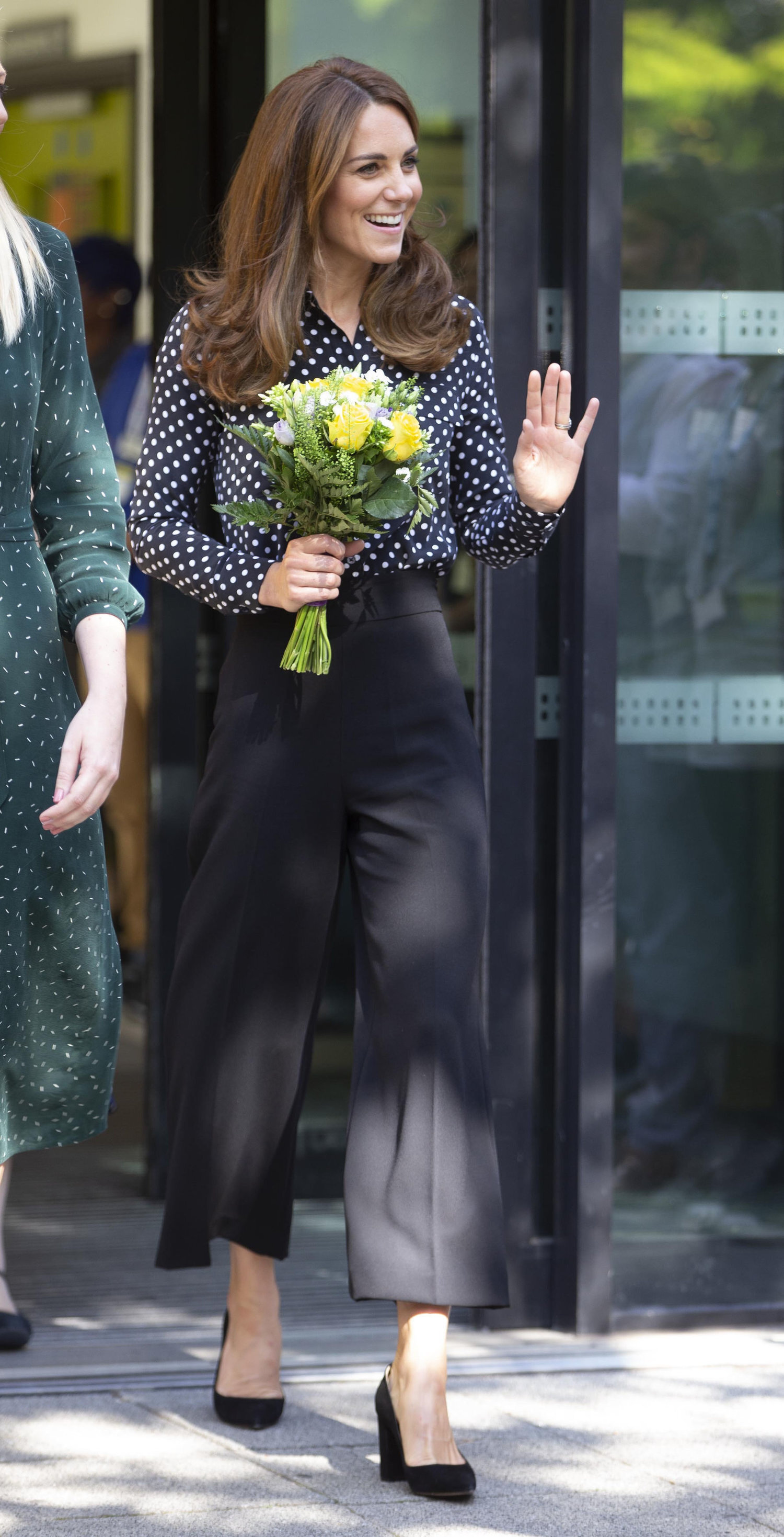 """19. September 2019   Herzogin Kate bringt es auf den Punkt! Polka Dots sind immer noch voll im Trend. Bei ihrem Besuch des """"Sunshine House Children and Young People's Health and Development Centre"""" in London trug die Britin eine Hose von  Zara  und eine gepunktete Bluse von  Equipment.   © picture alliance / AP Photo"""