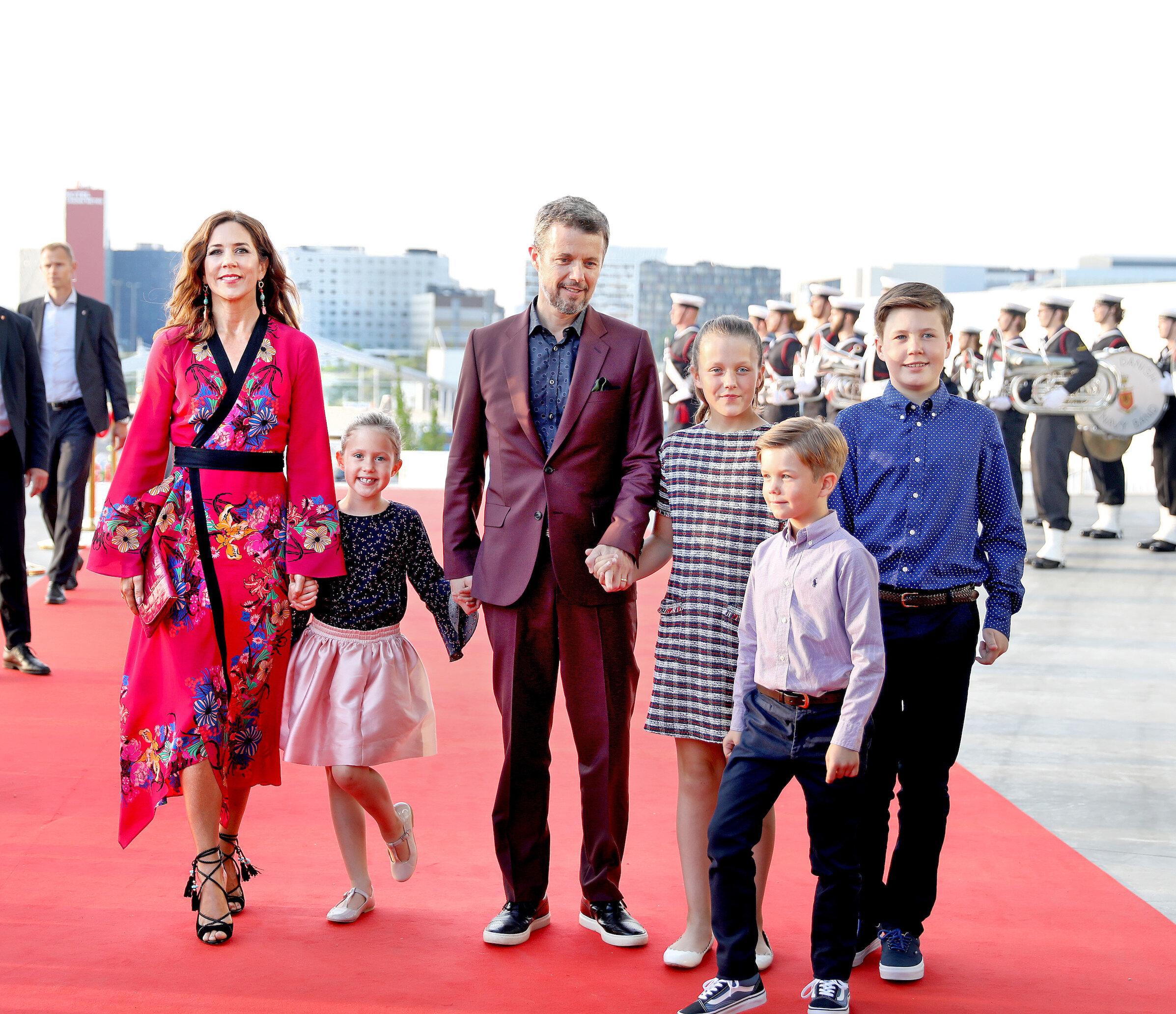Kronprinzessin Mary und Kronprinz Frederik müssen Abschied von ihren Kindern Josephine, Isabella, Vincent und Christian nehmen.  © DPA