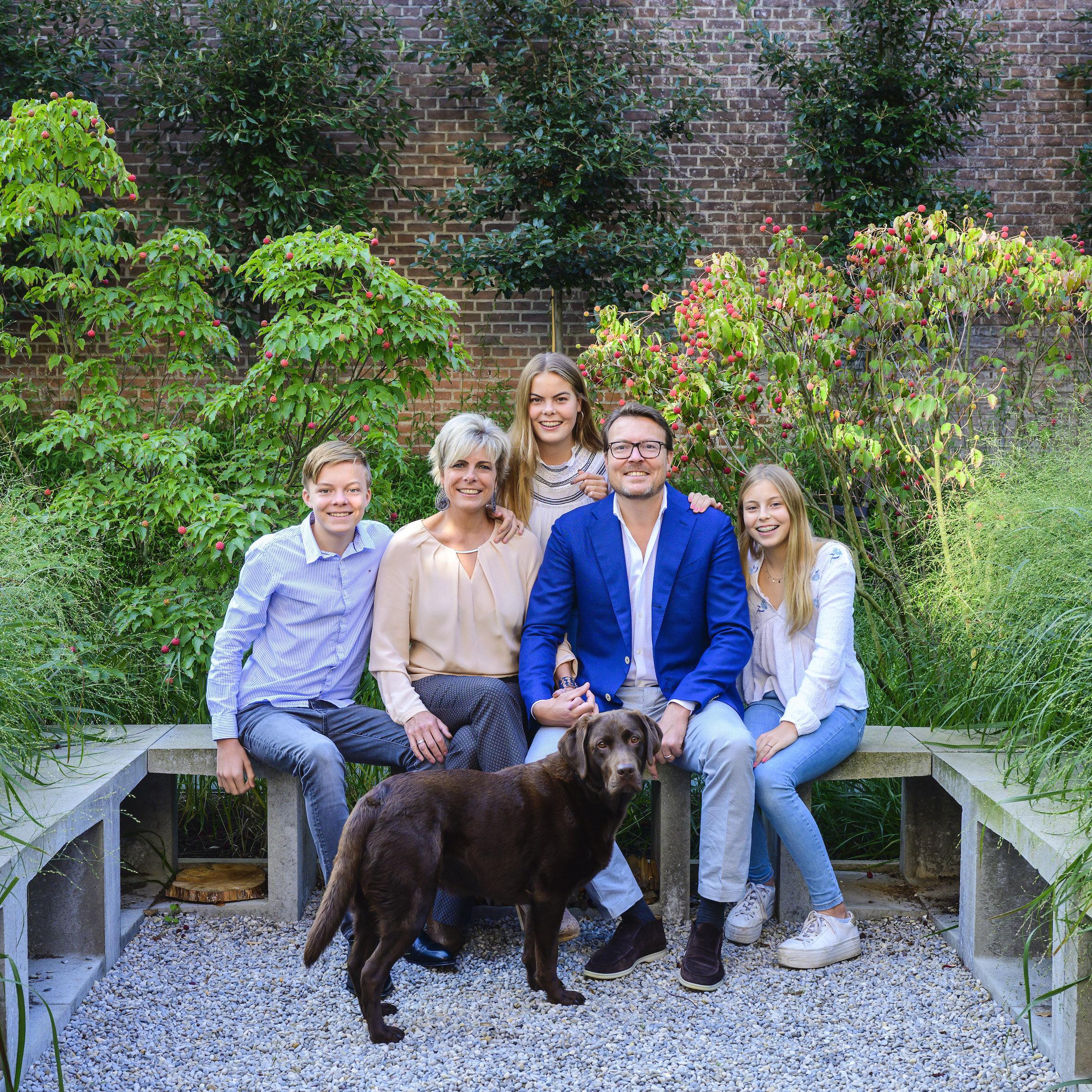 Wie süß! Prinzessin Laurentien und Prinz Constantijn halten ganz verliebt Händchen. Das Foto zeigt sie mit ihren drei Kindern Graf Claus-Casimir (15), Gräfin Eloise (17) und Gräfin Leonore (13,r.) sowie mit dem Familienhund.  © RVD - Jeroen van der Meyde