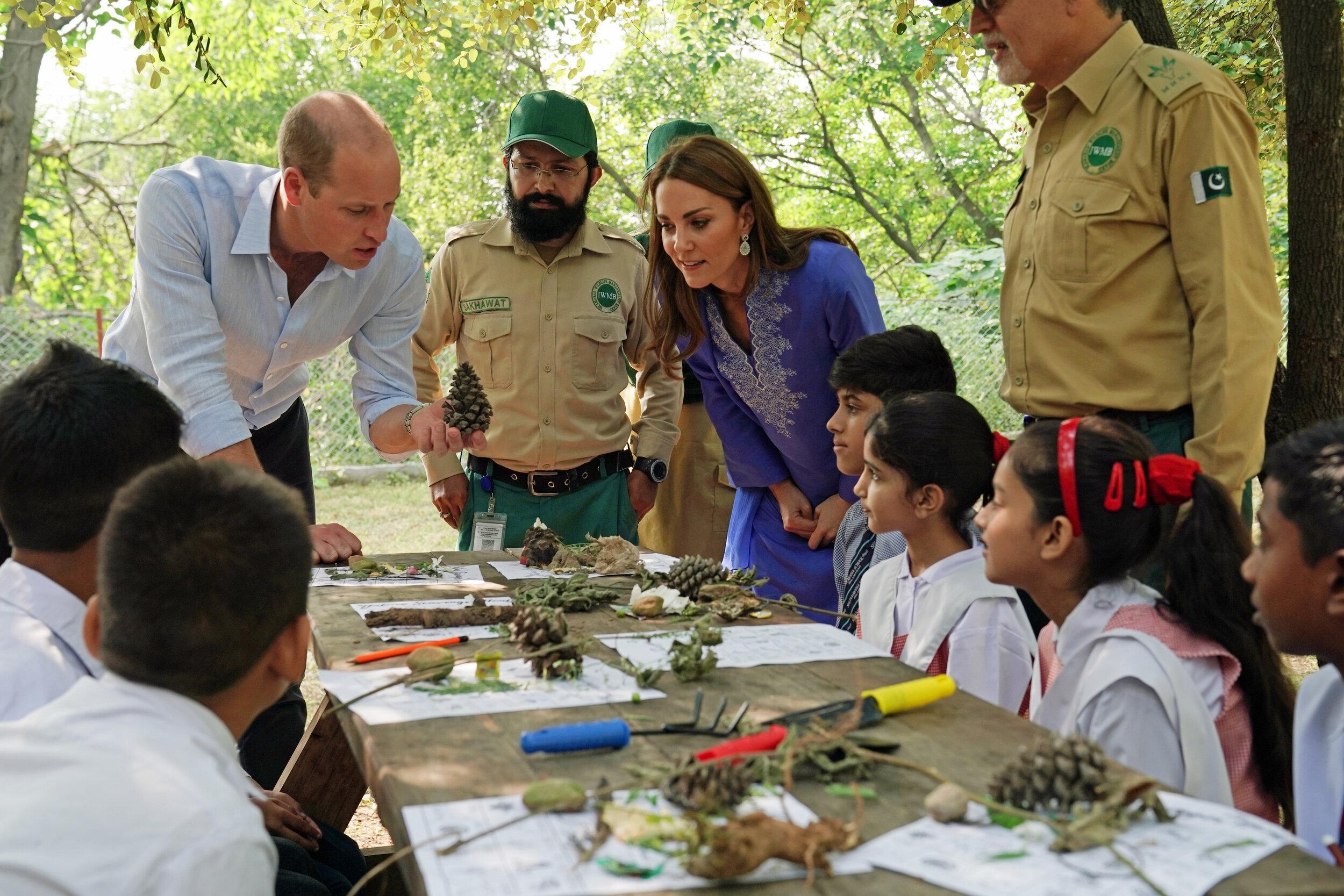 An Tag zwei besuchen Herzogin Kate und Prinz William eine Schule in den Margallah Hills.  © picture alliance / empics