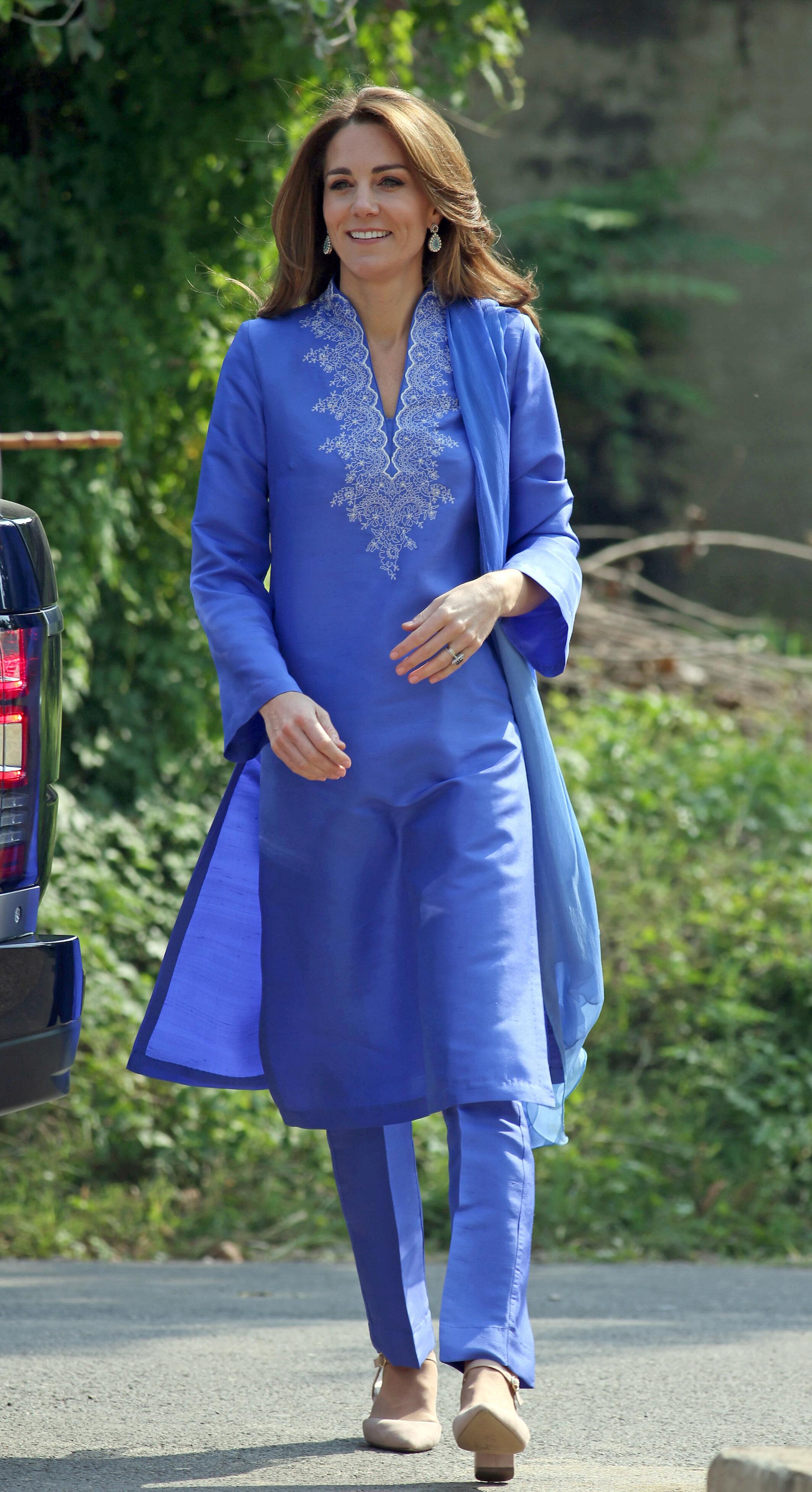 """Zu diesem Termin trug Herzogin Kate eine landestypische Kurta – ein kragenloses Hemd mit handgestickten Verzierungen – das sie mit einer passenden Hose und einem Schal kombinierte. Dazu wählte die Britin High Heels von  """"New Look"""".   © picture alliance / empics"""