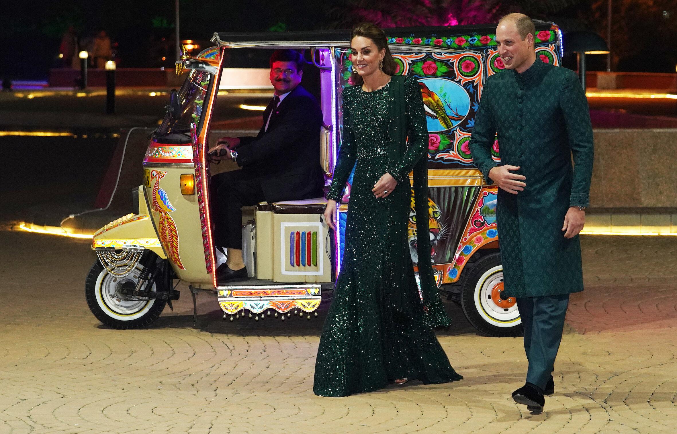 Tag 2: Am Abend besuchen Herzogin Kate und Prinz William den britischen Hochkommissar von Pakistan Thomas Drew. Traditionell fahren sie mit einem farbenfrohen Tuk-Tuk vor.  © picture alliance / empics