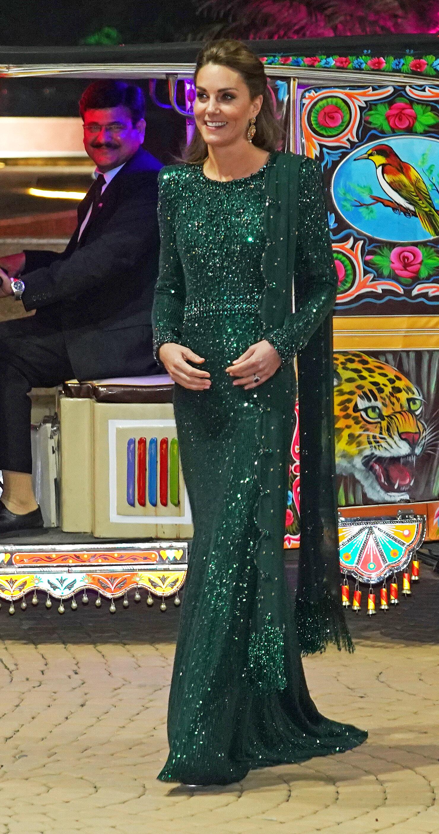 """Wow, was für ein Aufritt! Bei dem Anblick schaut selbst der Fahrer gaz verliebt. Die Britin trägt ein bodenlanges, dunkelgrünes Paillettenkleid von """"Jenny Packham"""".  © picture alliance / empics"""