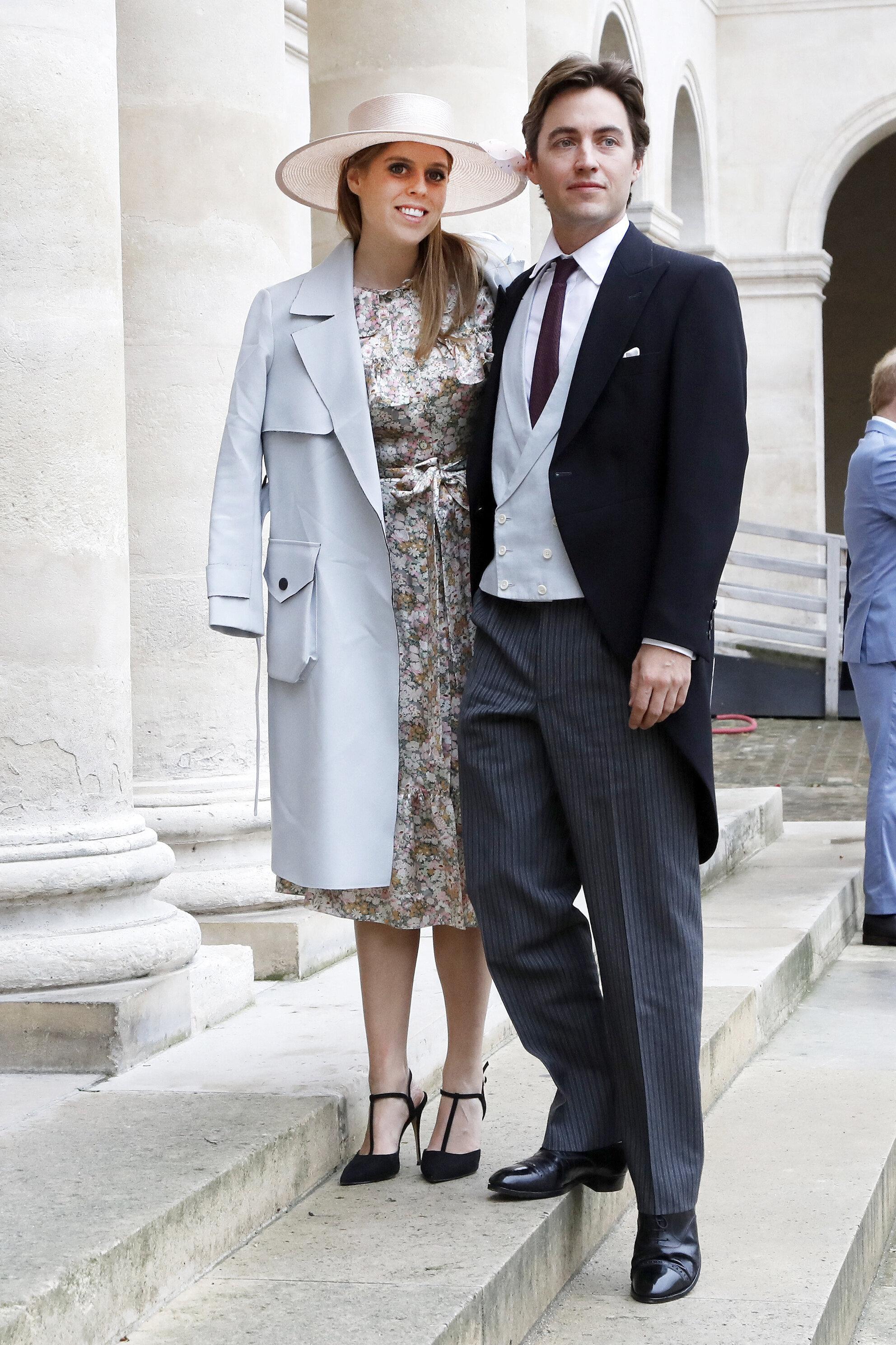 """Prinzessin Beatrice konnte sich Inspirationen für ihre eigene Hochzeit im kommenden Jahr mit Edorardo Mapelli Mozzi holen. Sie erschien in einem Blumenkleid von """"The Vampire's Wife"""".  © picture alliance / abaca"""