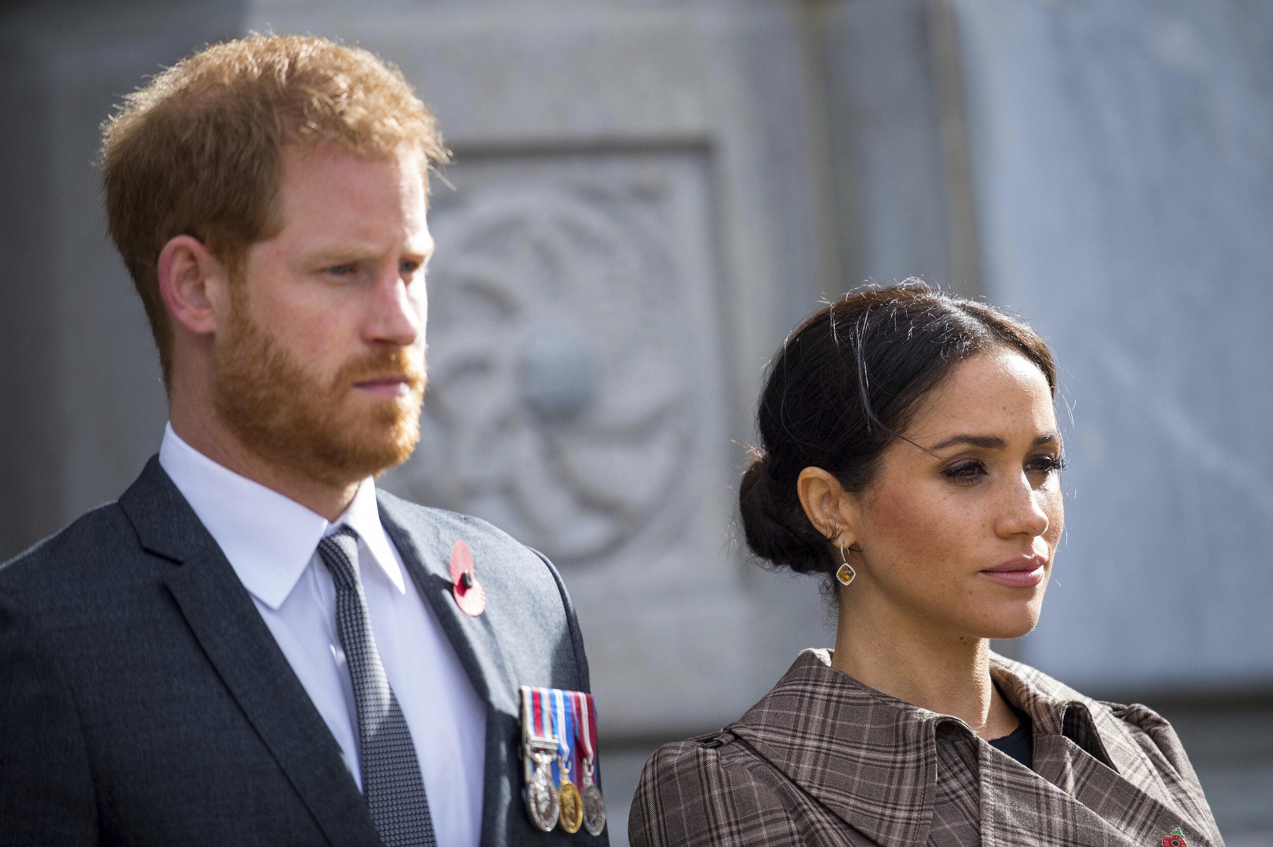 Prinz Harry und Herzogin Meghan verraten in einer Dokumentation wie sehr sie unter den feindseligen Berichten der britischen Boulevardpresse leiden.  © picture alliance / AP Photo