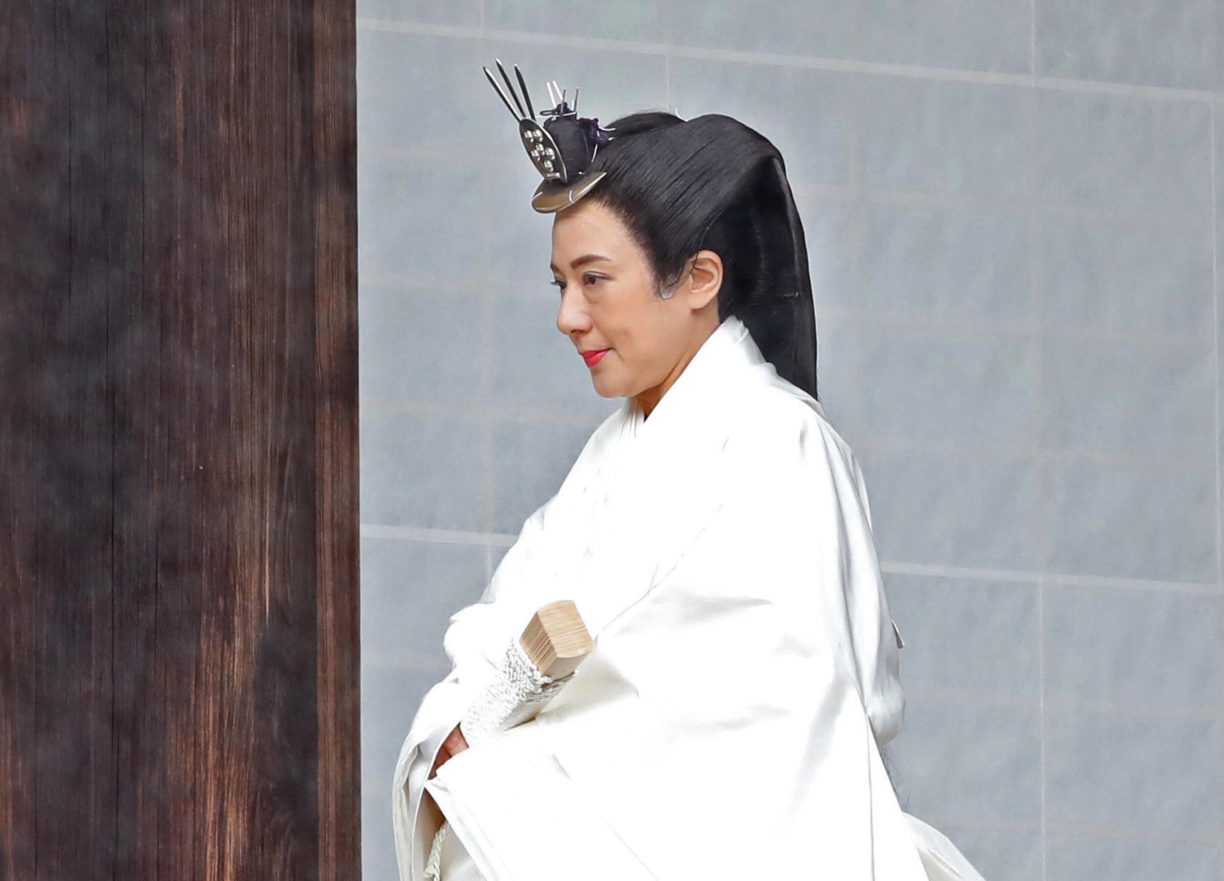 """Kaiserin Masako trägt für die """"Sokuirei-Tojitsu-Kashikodokoro-Omae-no-gi""""-Zeremonie ein traditionelles Gewand. Zudem ist zu erkennen, dass die Japanerin eine Perücke trägt.  © picture alliance / AP Image"""