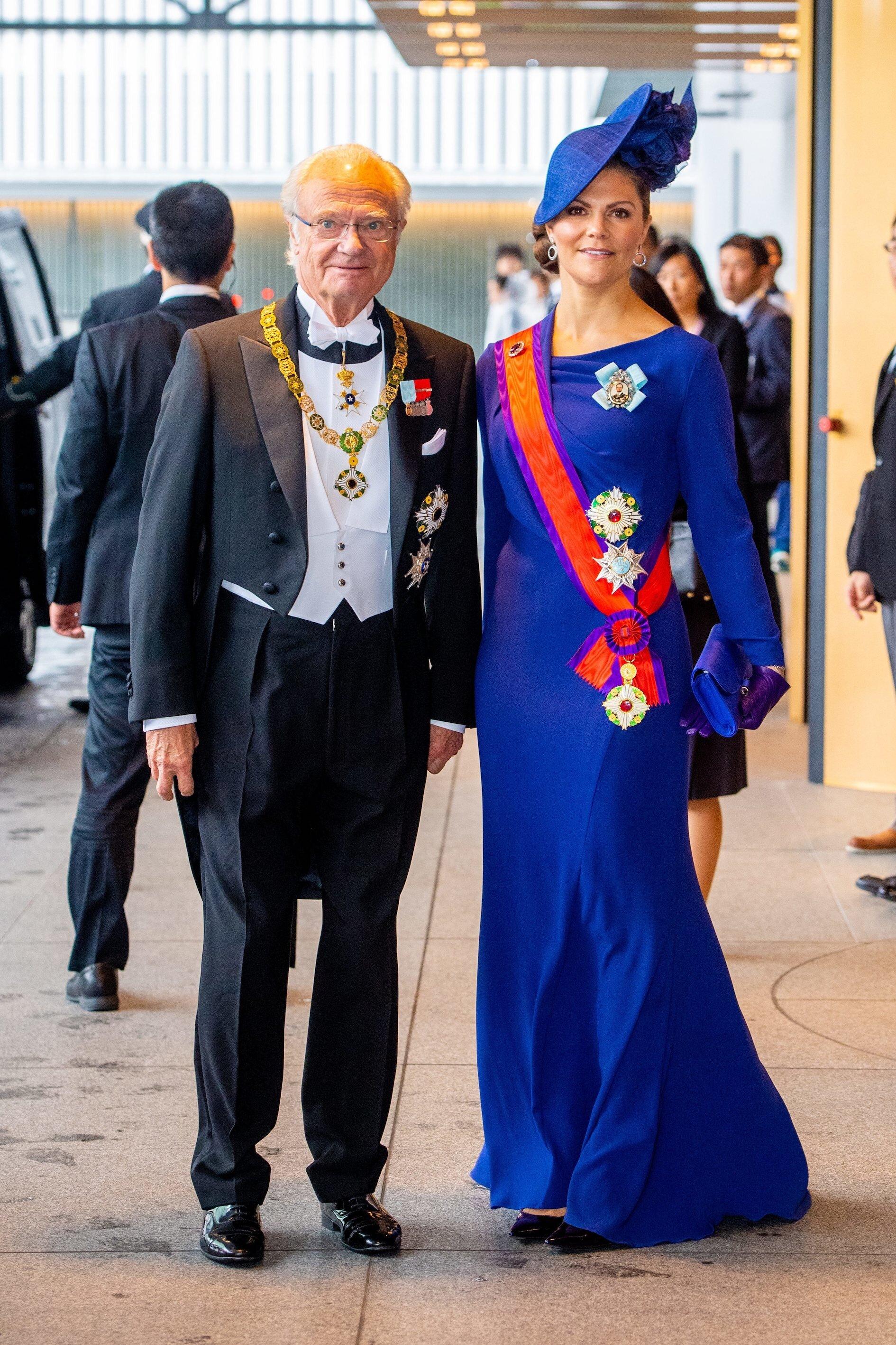 Kronprinzessin Victoria reiste gemeinsam mit ihrem Vater König Carl Gustaf nach Japan. Die Schwedin wählte ein blaues Kleid sowie eine farblich identische Clutch und einen Hut.  © picture alliance/RoyalPress Europe