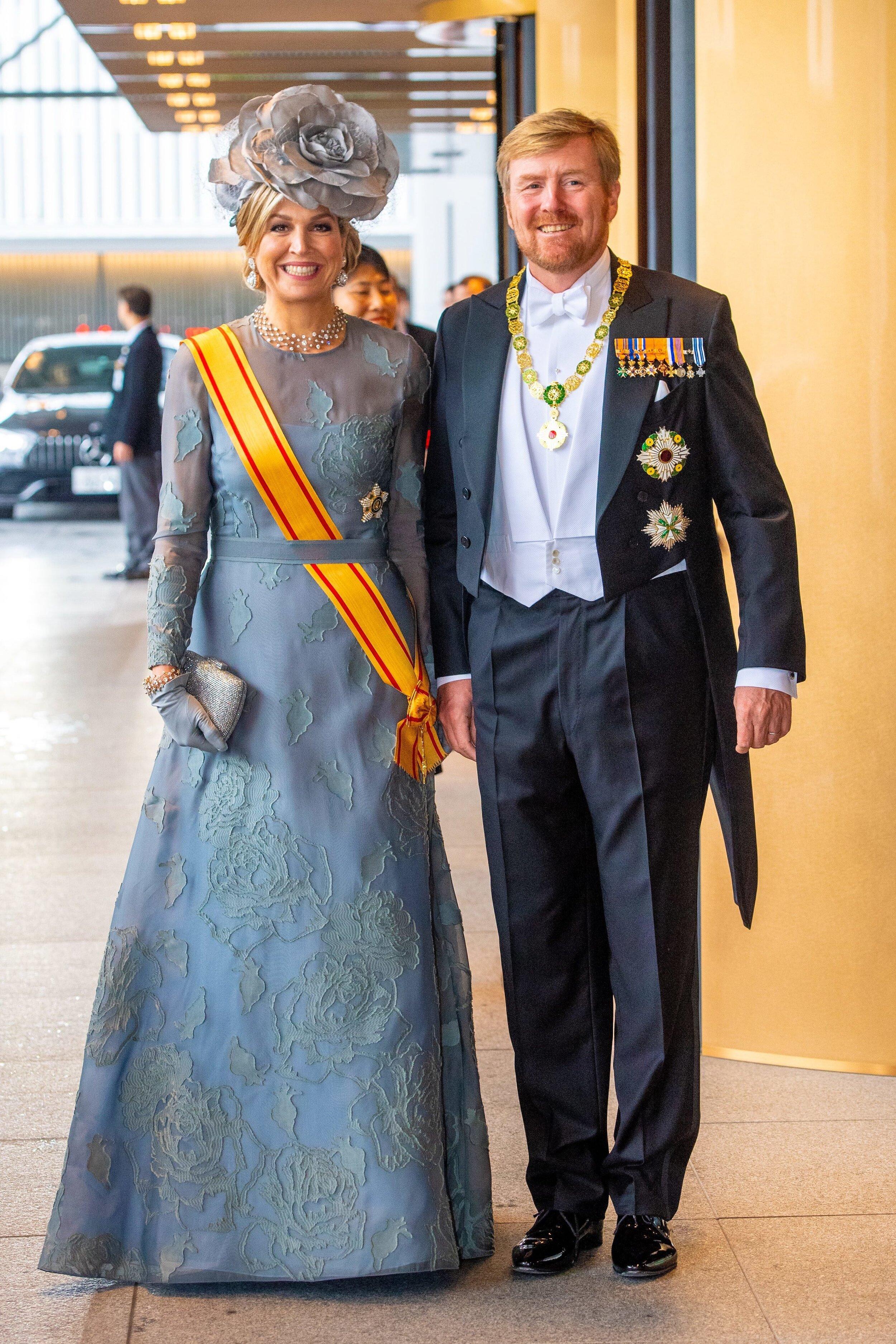 Königin Maxima hat für die Inthronisierung von Kaiser Naruhito ein alten Kleid recycelt. Die Natan-Robe in aquamarin trug sie bereits beim  Prinzentag 2017 . Ihre Hut stammt mit der auffälligen Rose stammt von Fabienne Delvigne.  © picture alliance/RoyalPress Europe