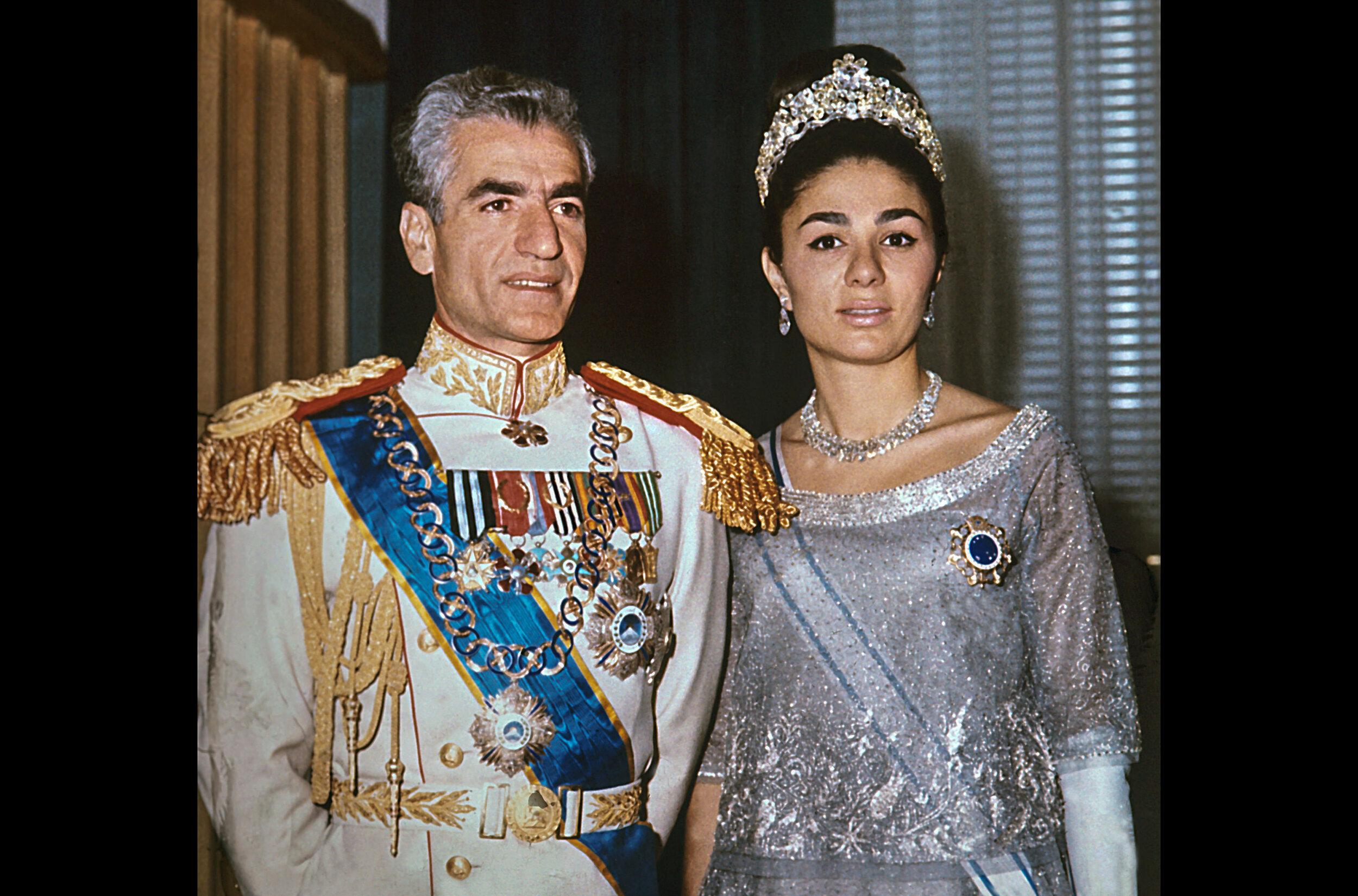 Vor 40 Jahren, im Jahr 1979, stürzt im Iran eine Revolution unter der Führung von Ayatollah Khomeini den Herrscher Schah Mohammad Reza Pahlavi und beendet damit eine über 2.500 Jahre alte Monarchie. Die Dokumentation erzählt die Lebenswege der beiden Kontrahenten. Sie standen sich über mehr als 30 Jahre als Gegenspieler gegenüber, vom Machtantritt in den 40er Jahren über die Weiße Revolution ab 1963 bis zum dramatischen Jahr 1978, in dem sich die Machtverhältnisse umkehrten und der Ayatollah innenpolitisch zur entscheidenden Größe wurde, und dem Sturz des Schahs Anfang 1979.  ©dpa