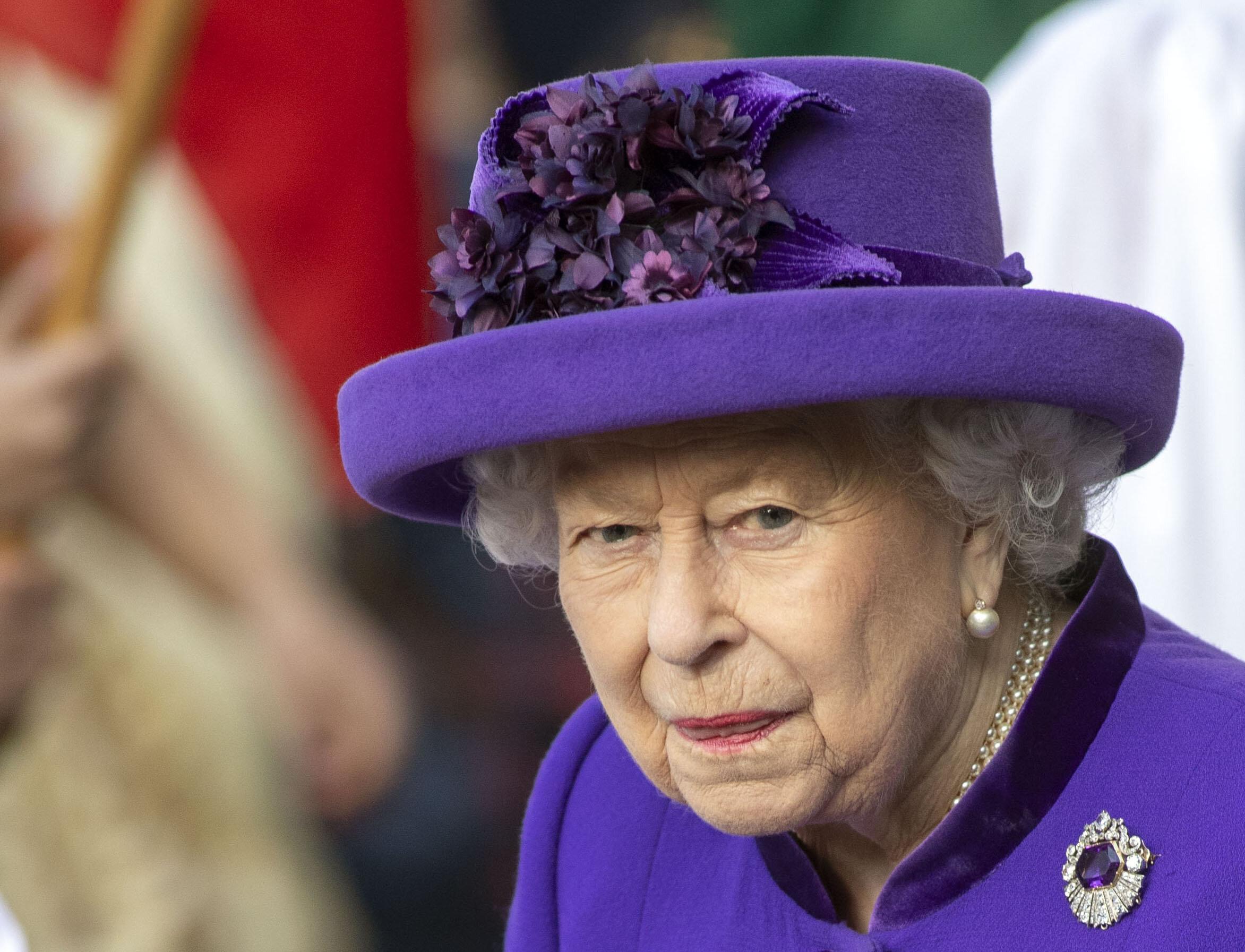 """Die Macher von """"The Crown"""" deuten an, dass Queen Elizabeth ihren Ehemann mit einem Lord betrogen hat.  © picture alliance / empics"""