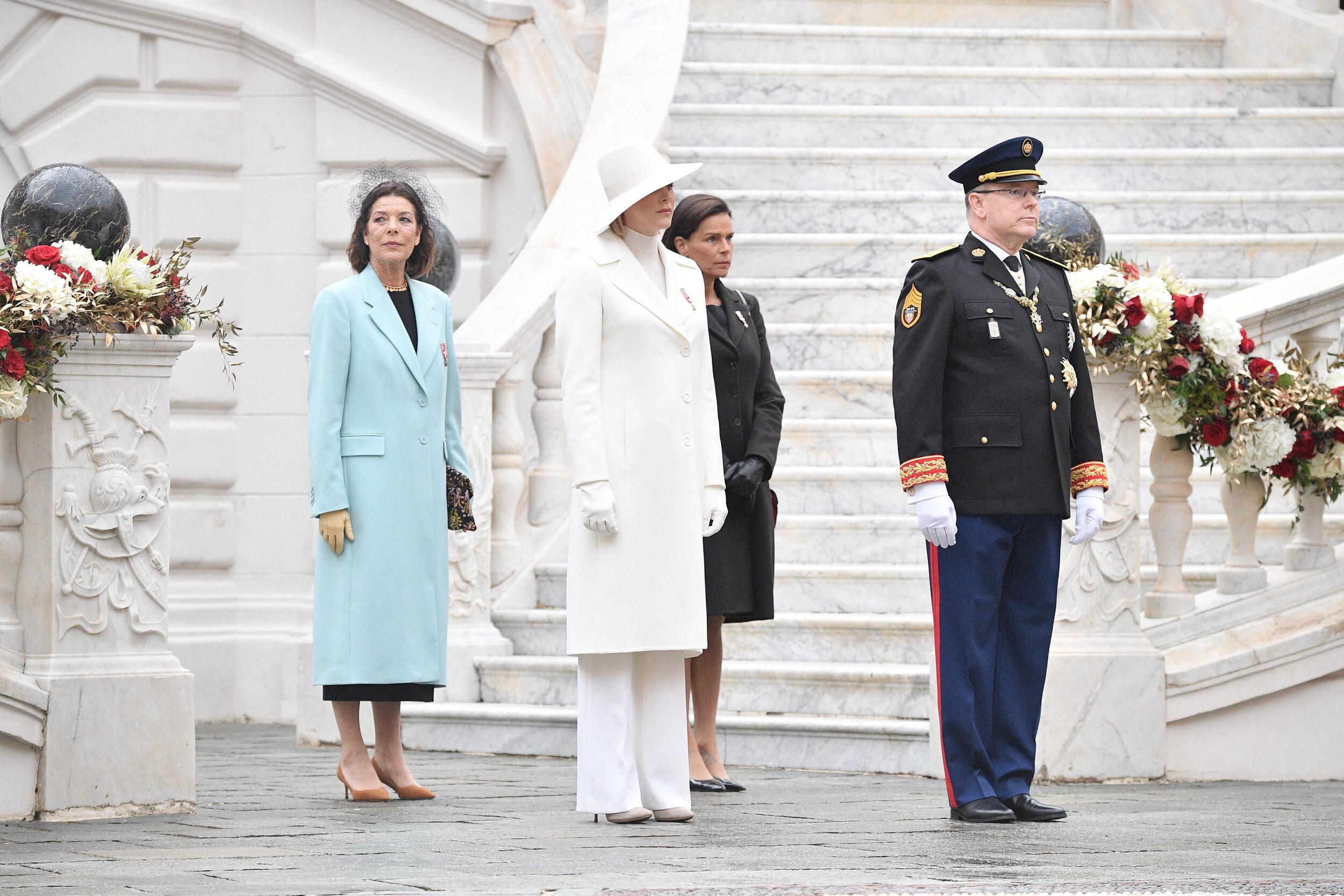 Fürst Albert und seine Frau Fürstin Charlène sowie Prinzessin Caroline und Prinzessin Stéphanie zeigen sich bei den Feierlichkeiten zum Nationalfeiertag im Innenhof des Schlosses.  © picture alliance / abaca